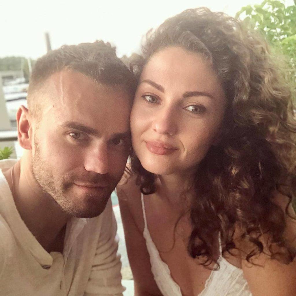 Жена Игоря Акинфеева взорвала сеть своим селфи с мужем