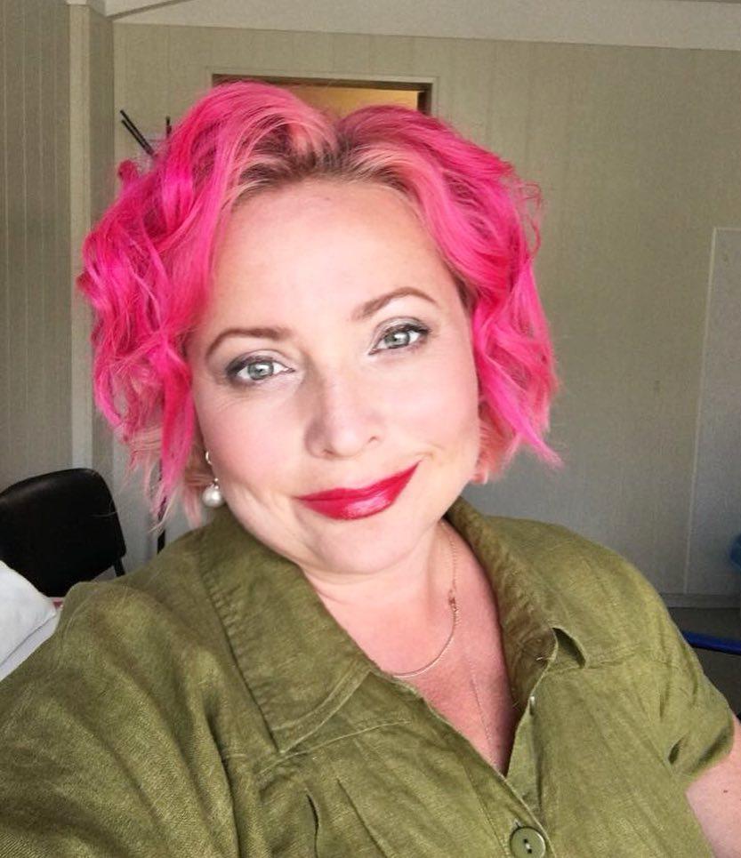 46-летняя Светлана Пермякова сменила имидж, покрасив волосы вядовито-розовый