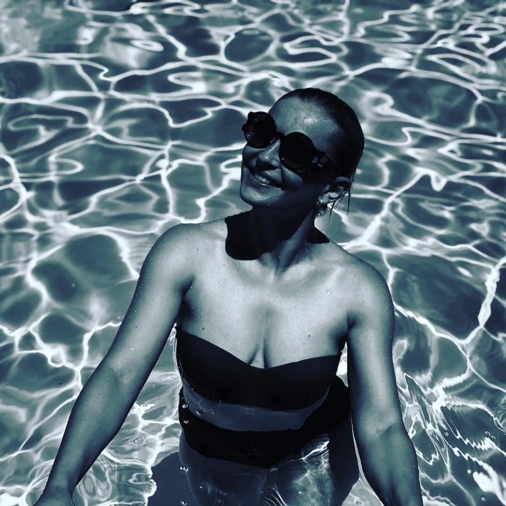 Отказавшаяся от диет Юлия Пересильд впечатлила фигурой в купальнике